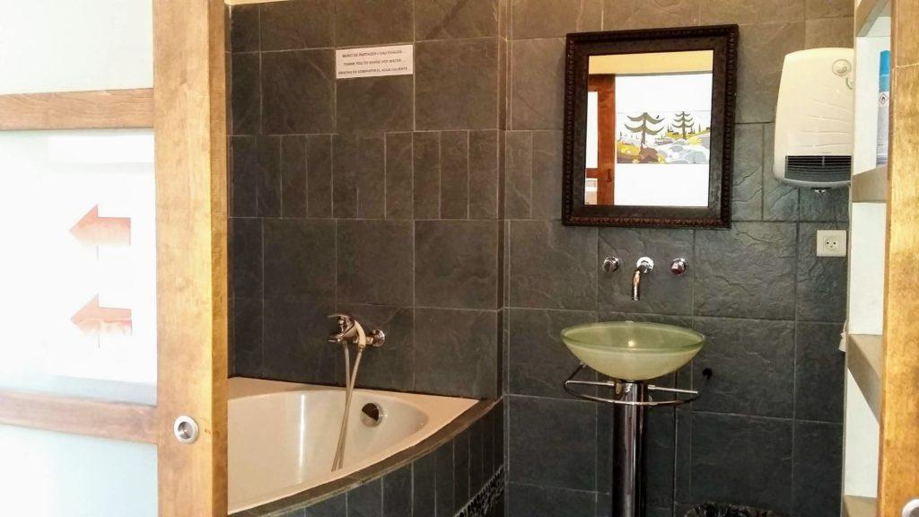 Gite-Ultreia-Vertes-Montagnes-salle-de-bain-chambre-de-7-lits ...